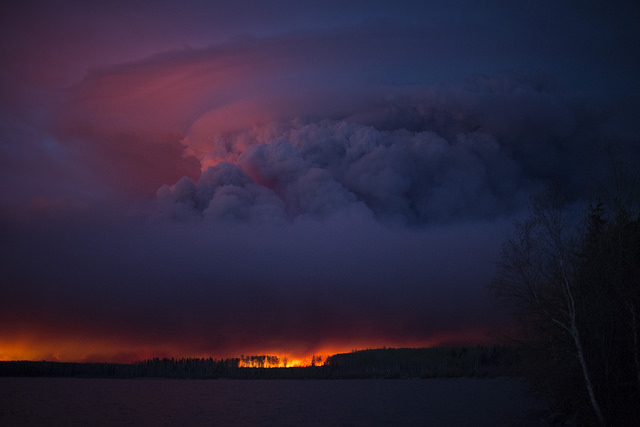 <strong>Glowing report. </strong> Displacing 90,000 people and causing $3.6 billion in property damage, the Fort McMurray widfire is the costliest disaster in Canadian history. With DeepEye, emergency responders have artificial intelligence to help them predict where fires will spread. Courtesy Chris Schwarz; Government of Alberta. <a href= 'https://creativecommons.org/licenses/by-nd/2.0/legalcode' > (CC BY-ND 2.0)</a>