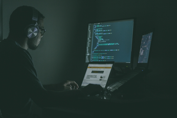 <strong>Crime signature.</strong> Deception detection models may help combat cybercrime by recognizing the unique identity of hackers when they attempt to deceive. Courtesy Unsplash/Jefferson Santos.