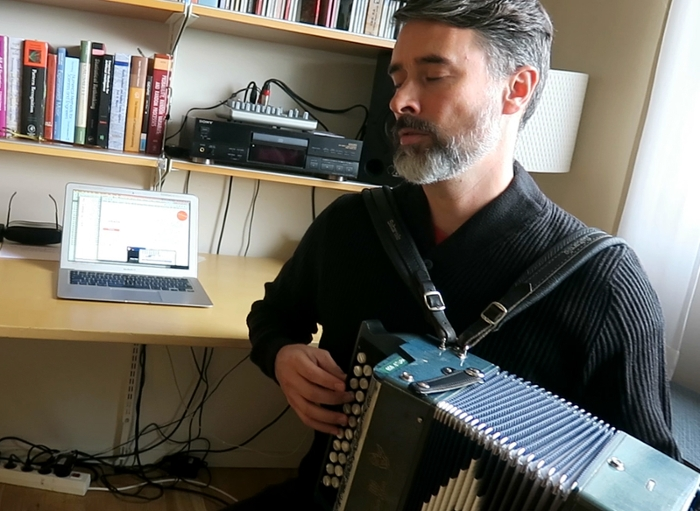 <strong>Machine concert.</strong> Bob Sturm performs one of the pieces generated by artificial intelligence in the style of Irish and English traditional music. Courtesy KTH.