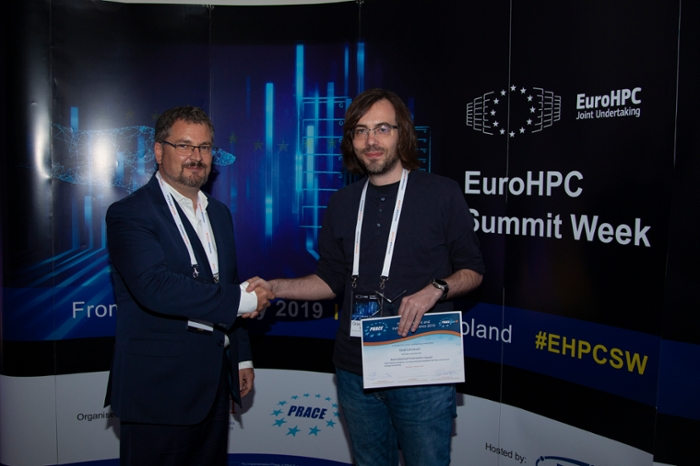 <strong>Oriol Lehmkul</strong> of BSC (r) receives the award for PRACE Best Industrial Paper from Lee Margetts (l) for his work simulating vortex-induced vibrations with the aim of improving wind turbines. Courtesy PRACE.